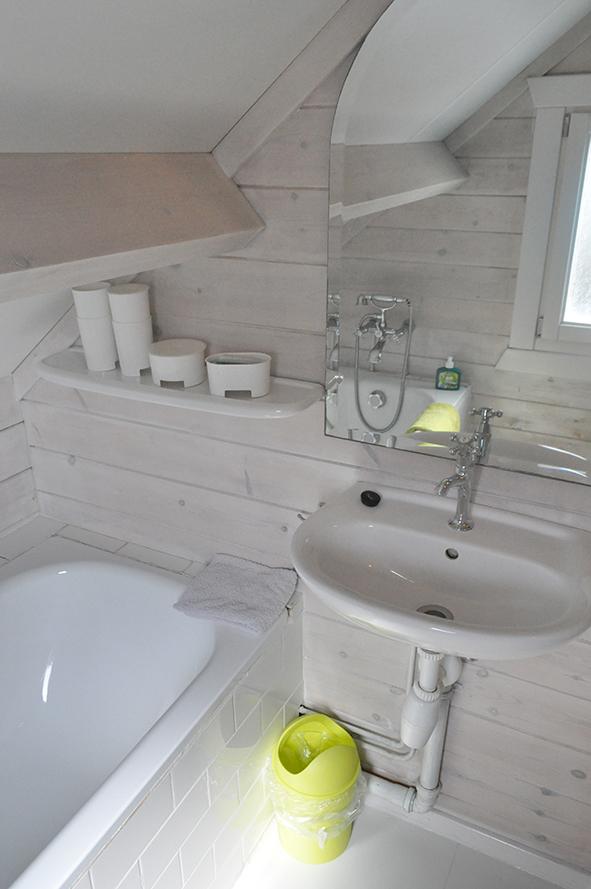Badkamer met ligbad en douche