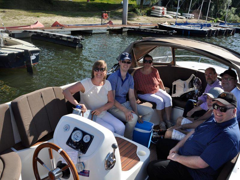 Die Gruppe sitzt mit dem luxuriösen Schoep-Arrangement abfahrbereit im Boot.
