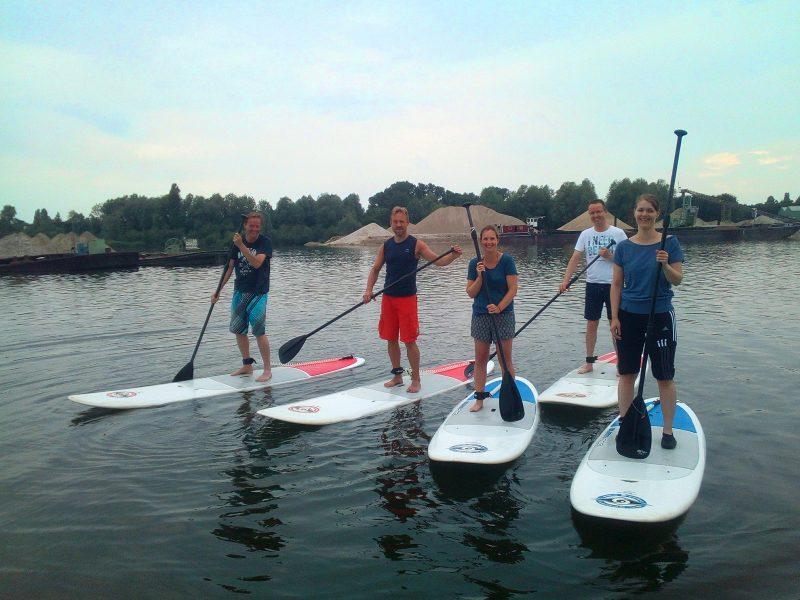 Groepsfoto Sup Special uitstap, vrienden op het water met supbaords.
