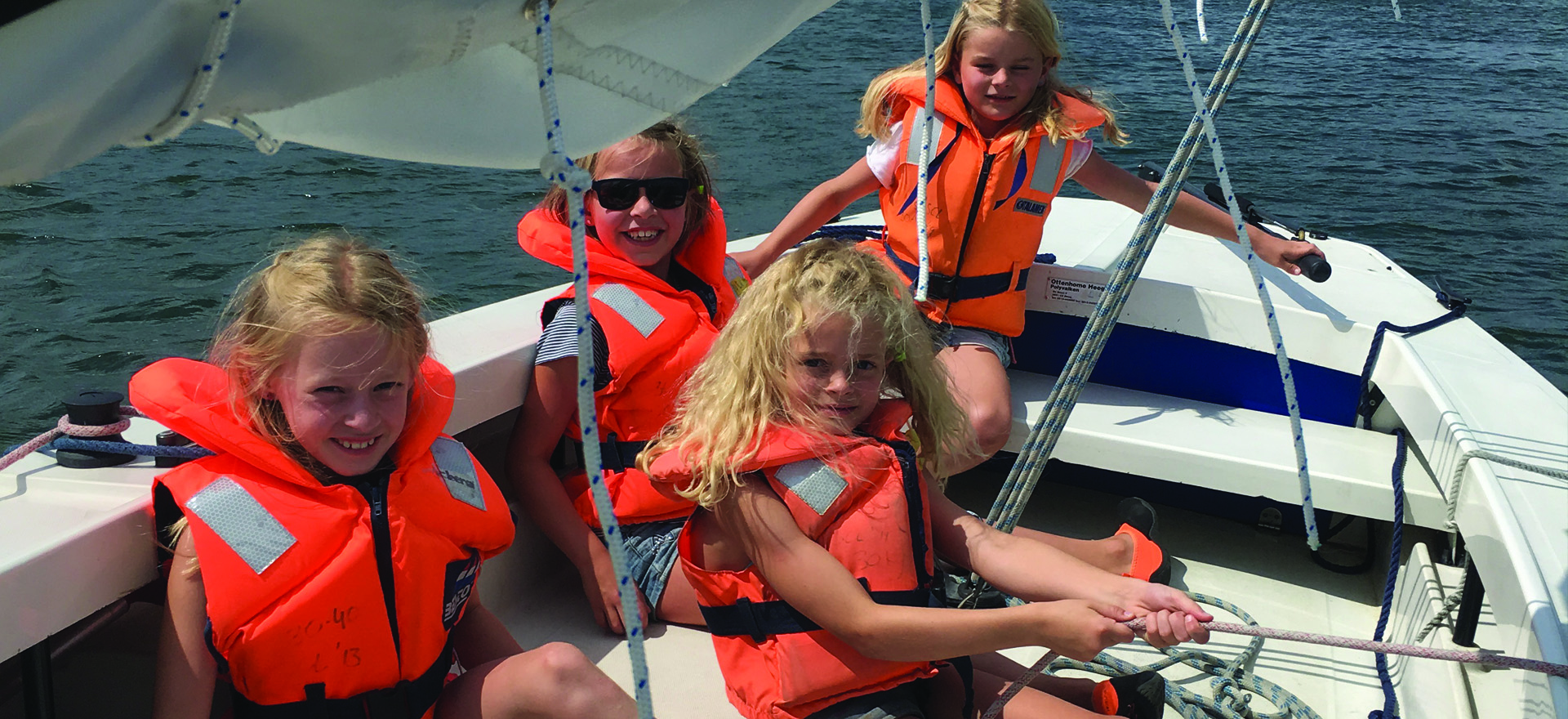Vier kleine jeugdzeilers op een valk