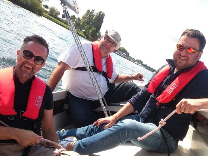 Vriendengroep samen met schipper aan het zeilen tijdens een Wind in de zeilen arrangement.