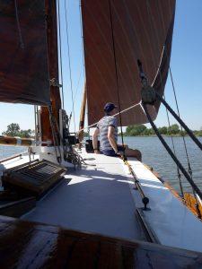 Zeilen op een kajuitboot