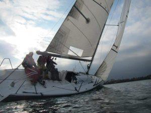 Jan zeilend op zijn boot