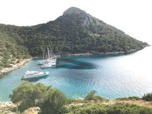 Uitzicht op een zonnige baai met zeilboten