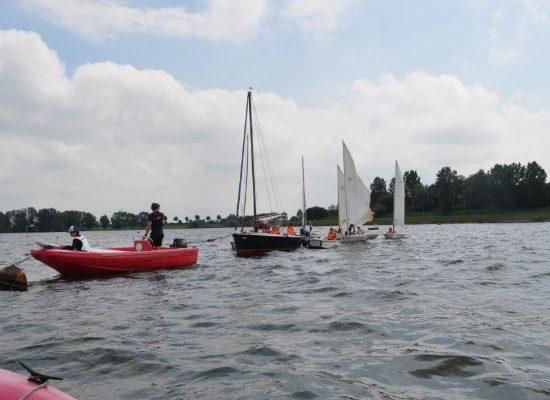 verschillende boten op het water.